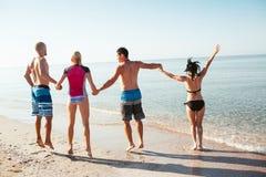 Amis sur la plage Ayez l'amusement au jour d'été ensoleillé Images stock