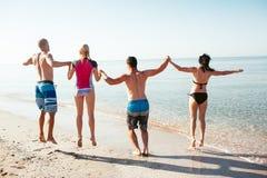 Amis sur la plage Ayez l'amusement au jour d'été ensoleillé Image stock