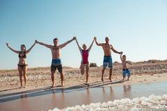 Amis sur la plage Ayez l'amusement au jour d'été ensoleillé Photos libres de droits