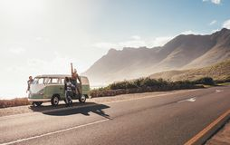 Amis sur la promenade en voiture traînant par la route Photographie stock libre de droits
