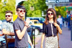 Amis sur la rue de ville, culture de la jeunesse Image libre de droits