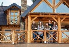 Amis sur la terrasse de la maison de montagne Images libres de droits