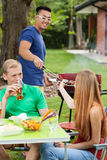Amis sur le barbecue photographie stock
