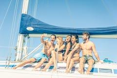 Amis sur le bateau prenant un selfie Photographie stock libre de droits