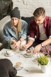 Amis sur le café Photos libres de droits