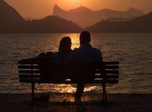 Amis sur le coucher du soleil dans Rio de Janeiro Image libre de droits