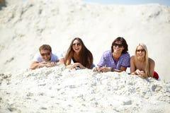 Amis sur le sable Image stock