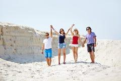 Amis sur le sable Photographie stock libre de droits