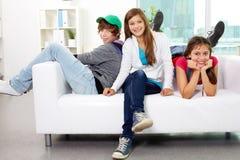 Amis sur le sofa Photographie stock