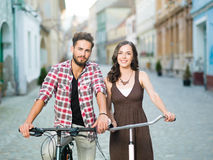 Amis sur le sourire de bicyclettes Photo stock