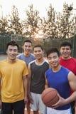 Amis sur le terrain de basket, portrait Images stock