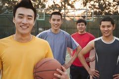 Amis sur le terrain de basket, portrait Image libre de droits