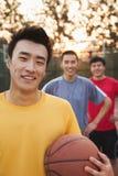 Amis sur le terrain de basket, portrait Photos libres de droits