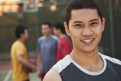 Amis sur le terrain de basket, portrait Images libres de droits