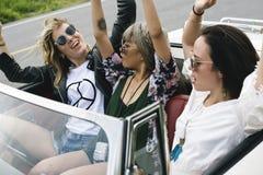 Amis sur le voyage par la route ensemble Photos libres de droits