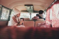 Amis sur le voyage par la route voyageant en fourgon Photo libre de droits