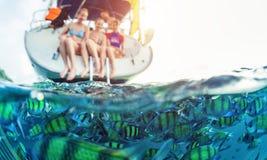 Amis sur le yacht Image stock