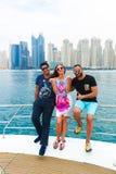 Amis sur le yacht - Dubaï image stock