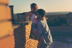 Amis sur un dessus de toit de bâtiment Photo libre de droits