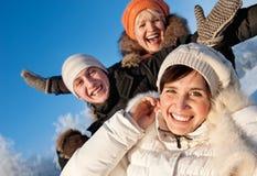 Amis sur un fond de l'hiver Images libres de droits