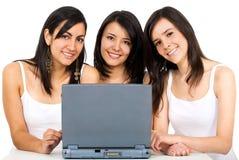 Amis sur un ordinateur portatif Photo libre de droits