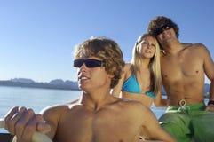 Amis sur un tour de bateau Photographie stock libre de droits