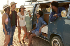 Amis sur un voyage par la route traînant en leur camping-car Images stock