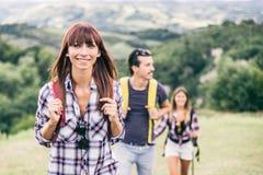 Amis sur une excursion dans la nature Photographie stock libre de droits