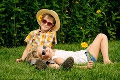 Amis sur une herbe Photo libre de droits