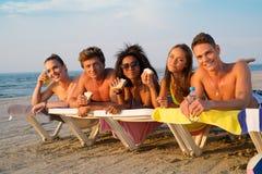 Amis sur une plage Photos stock