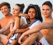 Amis sur une plage Photo libre de droits