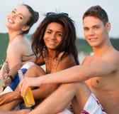 Amis sur une plage Images stock