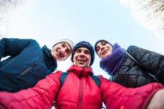 Amis sur une promenade d'hiver Photographie stock libre de droits
