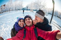 Amis sur une promenade d'hiver Photos libres de droits