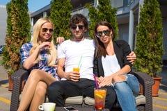 Amis sur une terrasse Photo stock