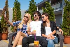 Amis sur une terrasse Image libre de droits