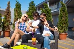 Amis sur une terrasse Images stock