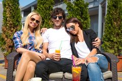 Amis sur une terrasse photos stock