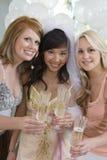 Amis tenant Champagne Flute Image libre de droits