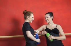 Amis tenant des bouteilles d'eau dans le studio de ballet Image libre de droits