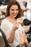 Amis tenant la tasse de café Photographie stock libre de droits