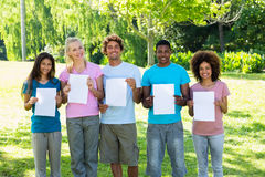 Amis tenant les papiers blancs Image libre de droits