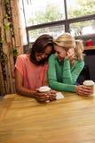Amis tenant un café Image libre de droits