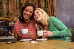 Amis tenant une tasse de café Photos libres de droits