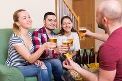 Amis traînant avec de la bière Image libre de droits