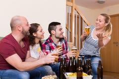 Amis traînant avec de la bière Photos stock