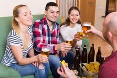 Amis traînant avec de la bière Photo libre de droits