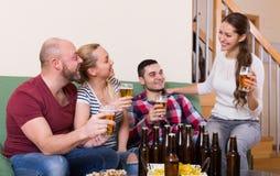 Amis traînant avec de la bière Images stock