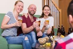 Amis traînant avec de la bière Images libres de droits