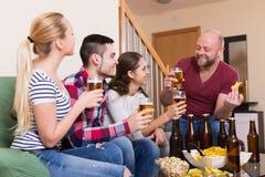 Amis traînant avec de la bière Photo stock